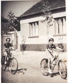 Lukácsfalvi szülői ház előtt, 1961
